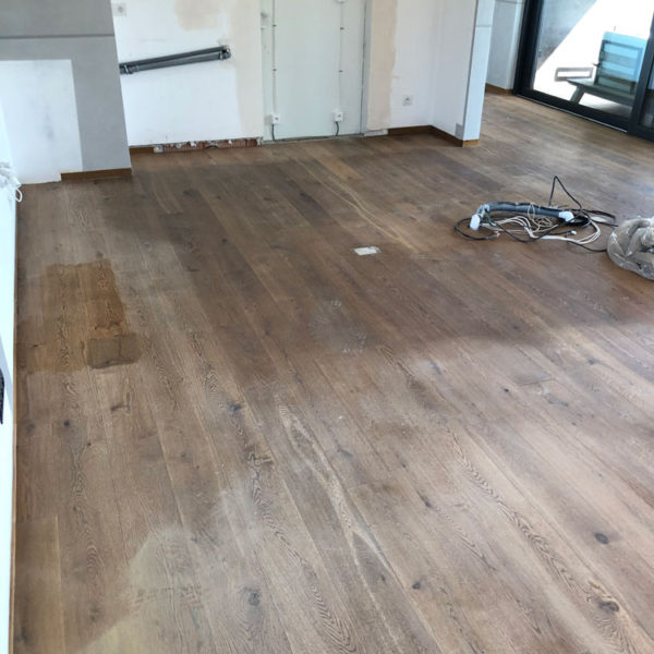 Broušení a olejovaní dřevěných podlahy z masivu